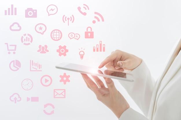 Eine frau, die ein mobiles gerät und symbole bedient, die verschiedene funktionen darstellen
