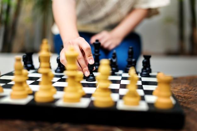 Eine frau, die ein schach spielt.
