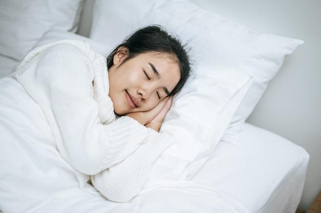 Eine frau, die ein weißes hemd trägt, um zu schlafen.