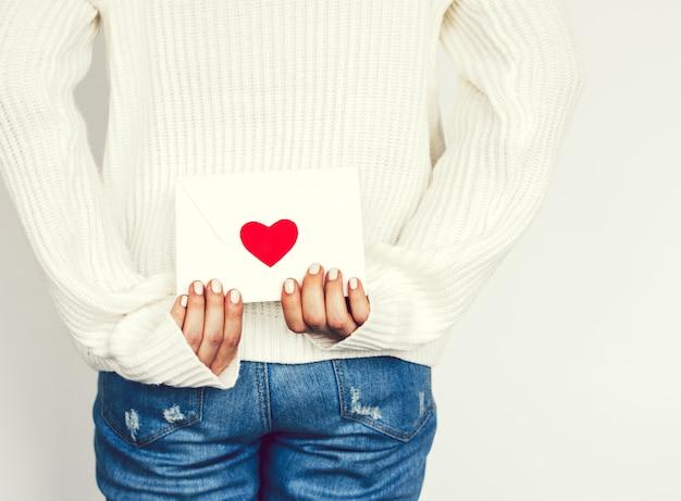 Eine frau, die einen liebesbrief trägt