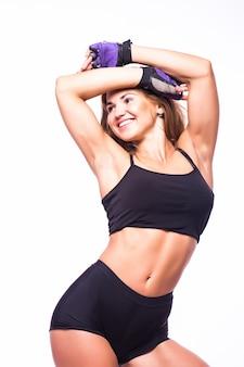 Eine frau, die fitness-zumba-tanzen in der silhouette auf weißer wand ausübt