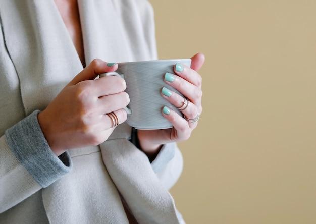 Eine frau, die ihren morgenkaffee trinkt