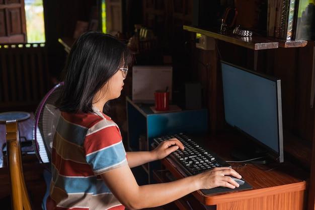 Eine frau, die online bei sich zu hause arbeitet