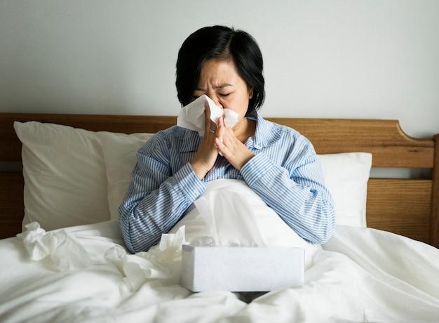 Eine frau, die unter erkältung leidet