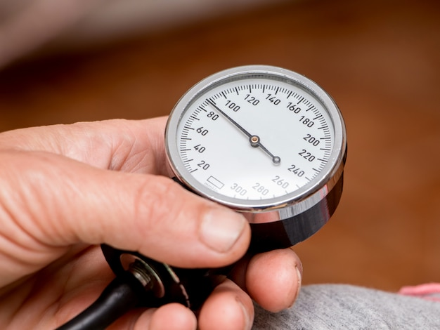Eine frau hält ein tonometer in den händen