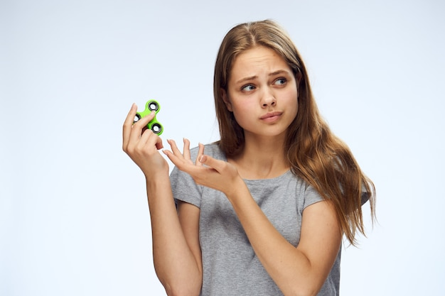 Eine frau hält einen spinner in der hand, ein beliebtes spielzeug gegen stress