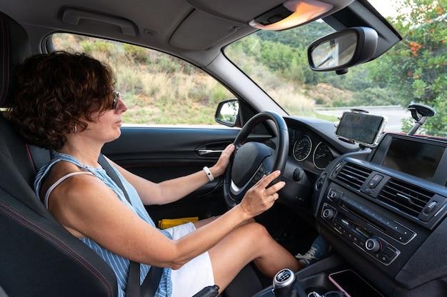 Eine frau in einem auto fährt