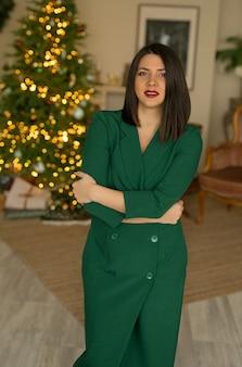 Eine frau in einem grünen kleid steht mit erhobenem kopf und arrogantem blick