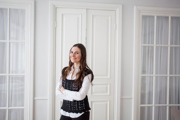 Eine frau ist freiberuflerin oder managerin und arbeitet für sich selbst im büro zu hause