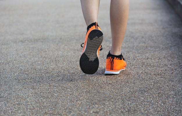 Eine frau läuft am morgen zum joggen