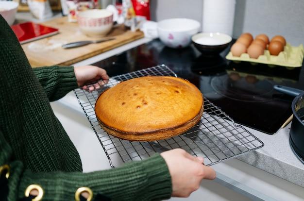 Eine frau legt einen kuchen in den ofen