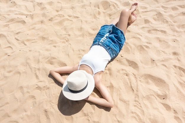 Eine frau liegt am strand