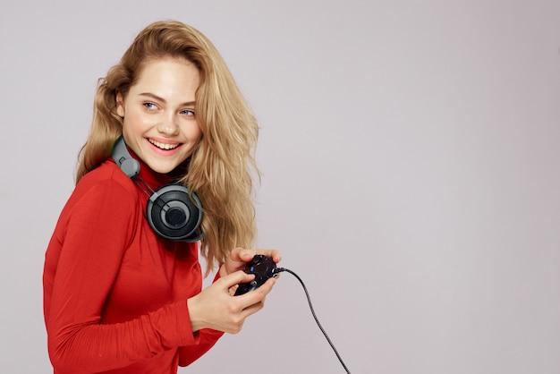 Eine frau mit 3d-brille spielt ein computerspiel auf konsolen mit joysticks in kopfhörern