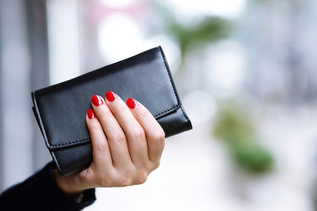 Eine frau mit brieftasche bereit zum online-shopping