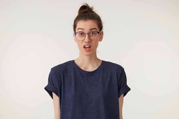 Eine frau mit brille schwört, streitet sich mit einem mann, einem nachbarn, schaut fragend
