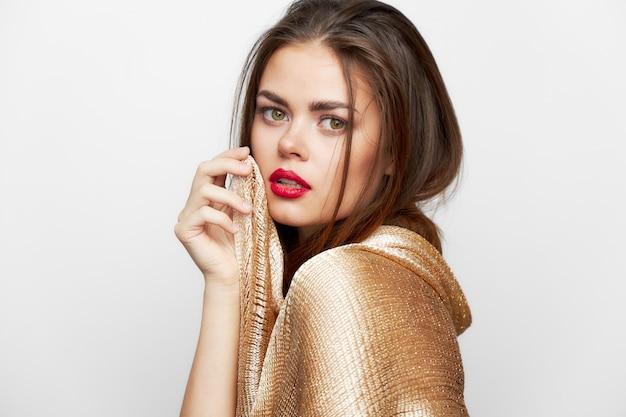 Eine frau mit einem schleier rote lippen schauen voraus make-up isoliertes licht