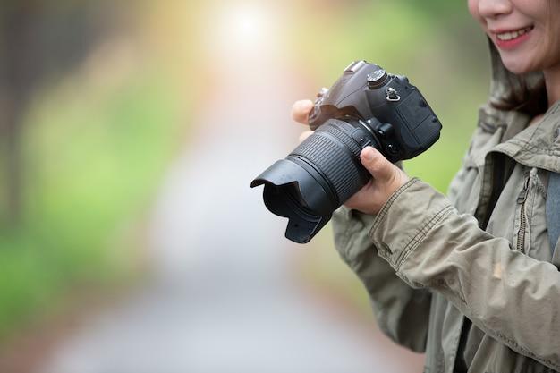 Eine frau mit einer kamera weltfotografentag.