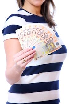 Eine frau mit fünfzig euro-euro-scheinen auf weißem hintergrund