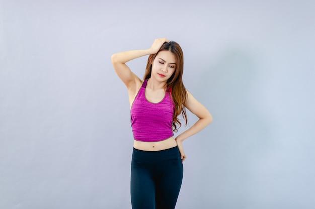 Eine frau mit kopfschmerzen individuelle schmerzsymptome
