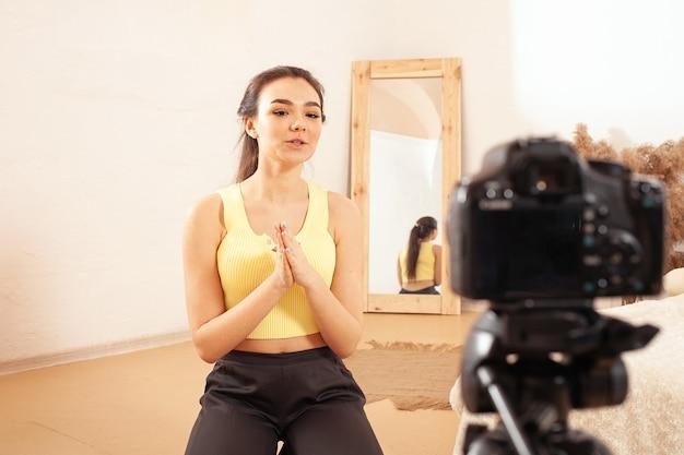 Eine frau nimmt ein video für ihren kanal im internet auf. blogger. emotionales mädchen spricht
