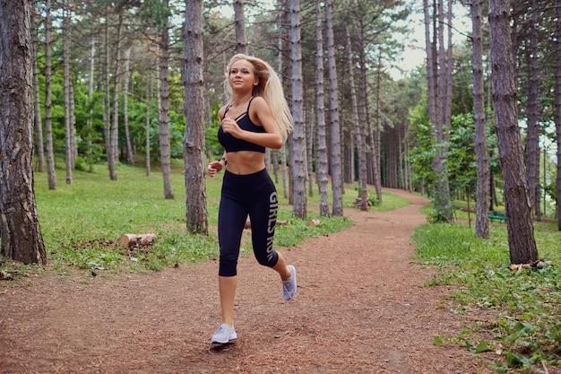 Eine frau rennt joggen durch den wald.