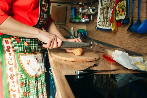 Eine frau schneidet brot in der küche