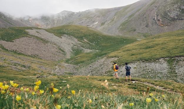 Eine frau und ein mann gehen auf einen berg. nuria-tal