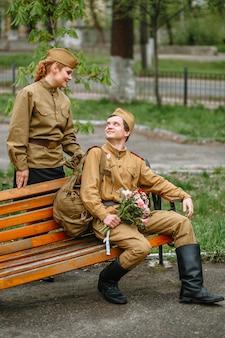 Eine frau und ein soldat in einer sowjetischen militäruniform