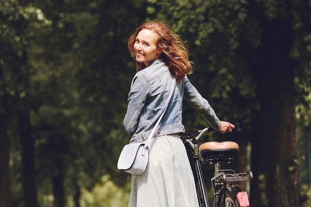 Eine frau wählt ein fahrrad als fortbewegungsmittel