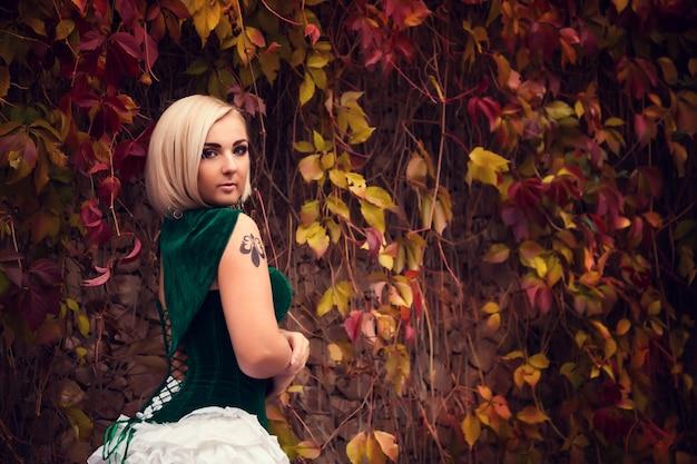 Eine frau wie eine prinzessin in einem vintage-kleid im märchenpark