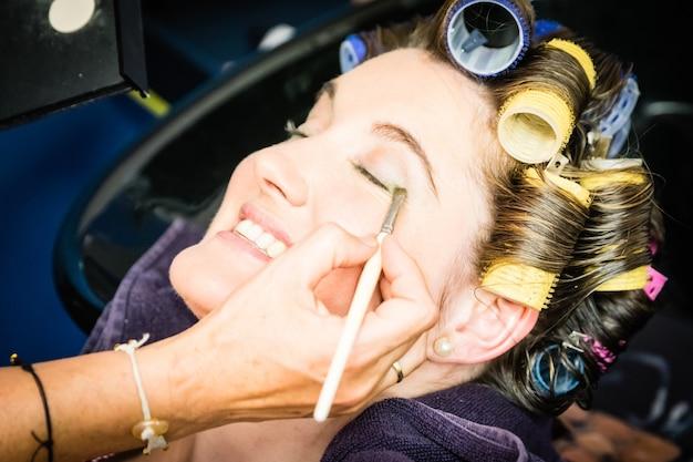 Eine frauen-make-up-session an ihrem hochzeitstag