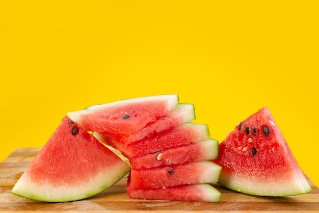 Eine frisch geschnittene wassermelone in vorderansicht, weich und saftig auf gelber fruchtsommerfarbe