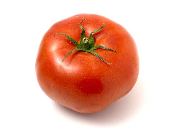 Eine frische rote tomate getrennt auf weiß.
