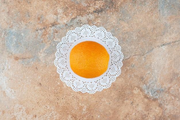 Eine frische süße orange auf marmor