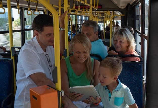 Eine fröhliche familie in einem bus