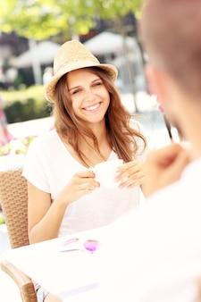 Eine fröhliche frau bei einem date in einem café