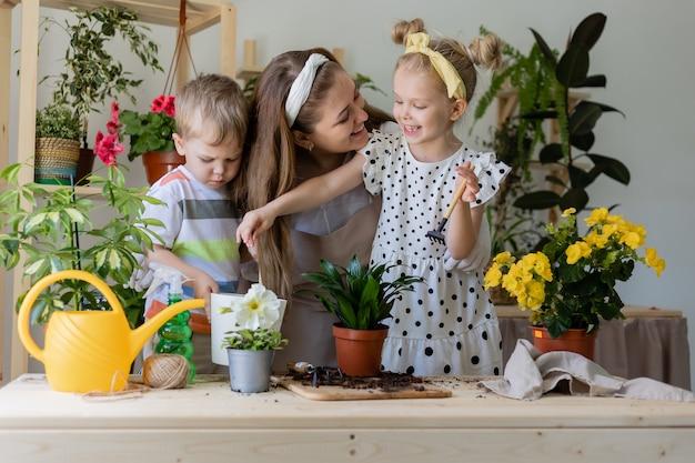 Eine fröhliche, glückliche familie beschäftigt sich mit dem hausgartenlebensstil
