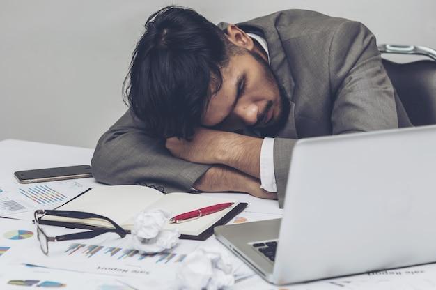 Eine frustrierte erschöpfung junger unternehmer funktioniert nicht