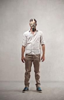 Eine gasmaske tragen