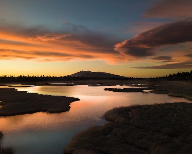 Eine gebirgslandschaft mit dem majestätischen arizona-schneeball, der in flagstaff bei sonnenuntergang liegt