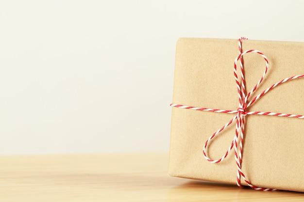 Eine geburtstagsgeschenkbox für einen besonderen menschen auf einem holztisch.