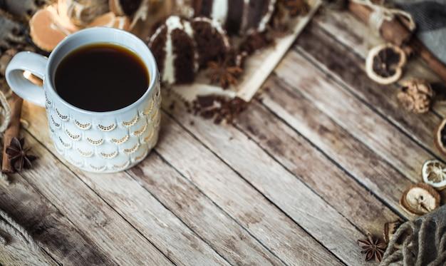 Eine gemütliche tasse tee und ein stück kuchen