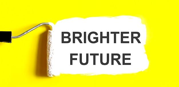 Eine geöffnete dose farbe mit weißem pinsel auf gelbem hintergrund. bessere zukunft