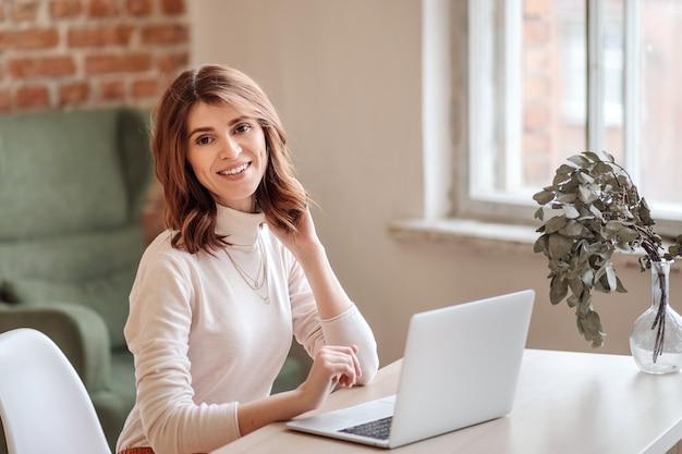 Eine geschäftsfrau, die online von zu hause aus arbeitet
