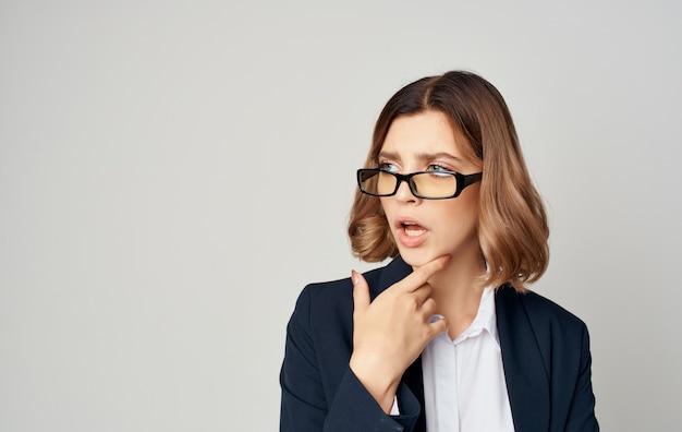 Eine geschäftsfrau in einem klassischen anzug gestikuliert mit ihren händen copy space emotionen.