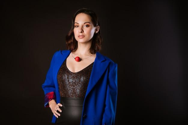 Eine geschäftsfrau in einer blauen jacke, die aufwirft