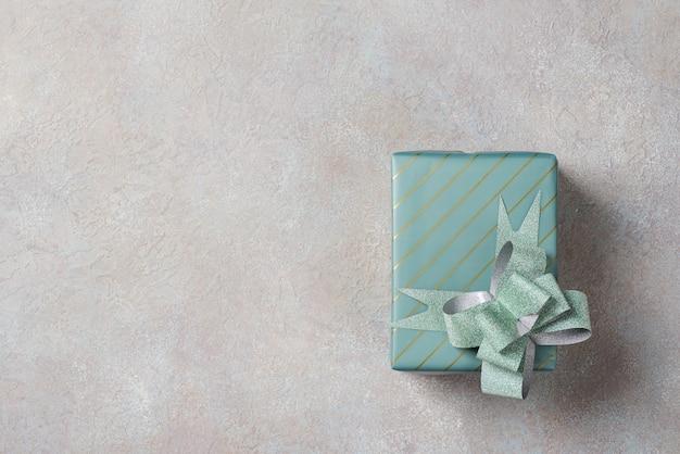 Eine geschenkbox in türkiser verpackung. flachgelegt, draufsicht.