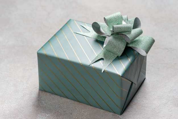 Eine geschenkbox in türkiser verpackung