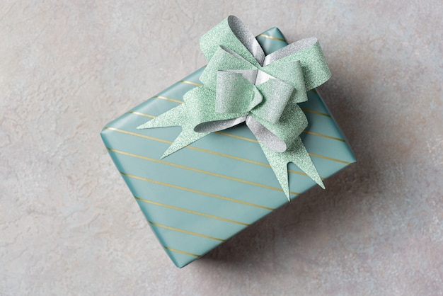 Eine geschenkbox in türkisfarbener verpackung