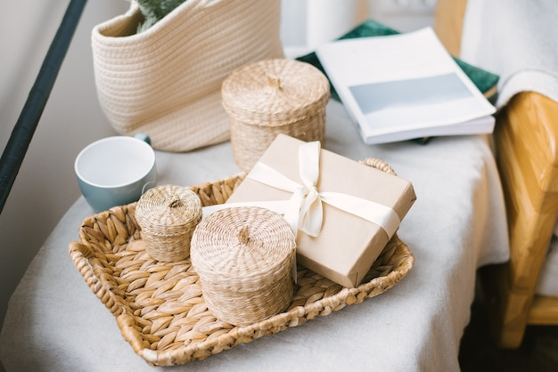 Eine geschenkbox mit einem beigen satinband und einer schleife